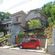 空中歩廊のある家