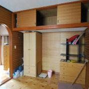 藤棚を眺める家